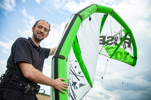Researcher Alexander von Breitenbach takes a sporting and professional interest in wind as both passionate kite surfer and member of the Airborne Wind Energy Systems research group at TU Berlin.